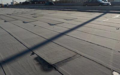 Pose machinalement d'une membrane bitumineuse (roofing) sur le tablier d'un pont à Deinze pour Willemen Infra